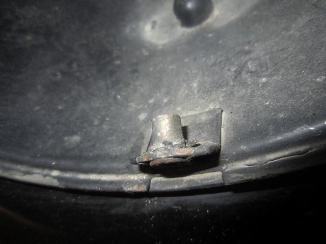 [964] Filetage de la patte qui maintient le phare Img_7143