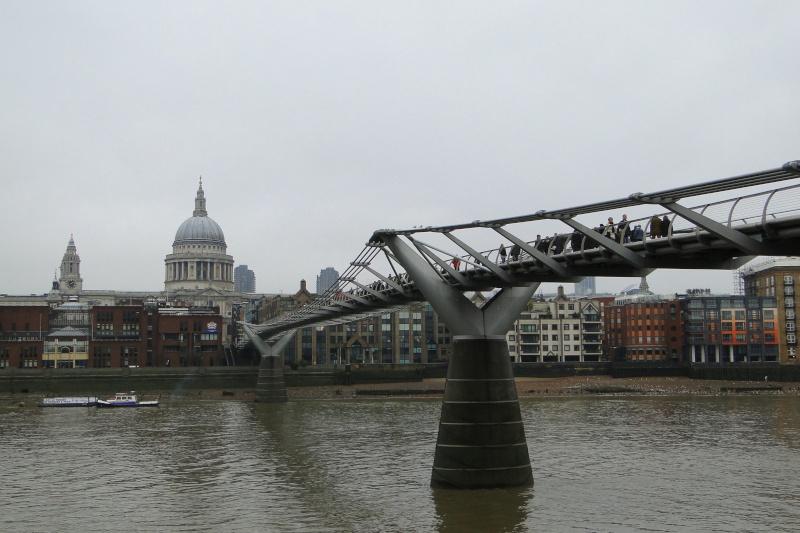 Londres, La City, prise sous le Millennium Bridge, depuis la Tate Modern (Bankside) Dsc02512