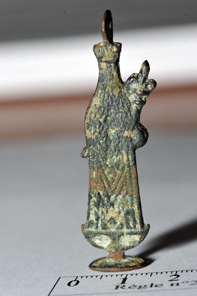 Pendentif-statuette  du XVIIe siècle - Vierge couronnée sur croissant de lune Phr_7813