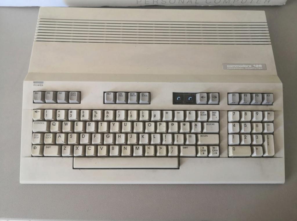 Un Commodore 128 et 64 à retaper...Un peu paumé. Img_2011