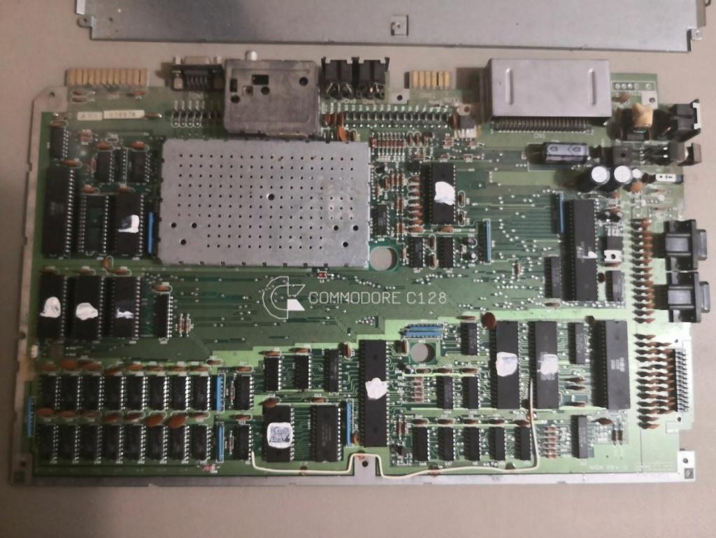 Un Commodore 128 et 64 à retaper...Un peu paumé. Img_2016