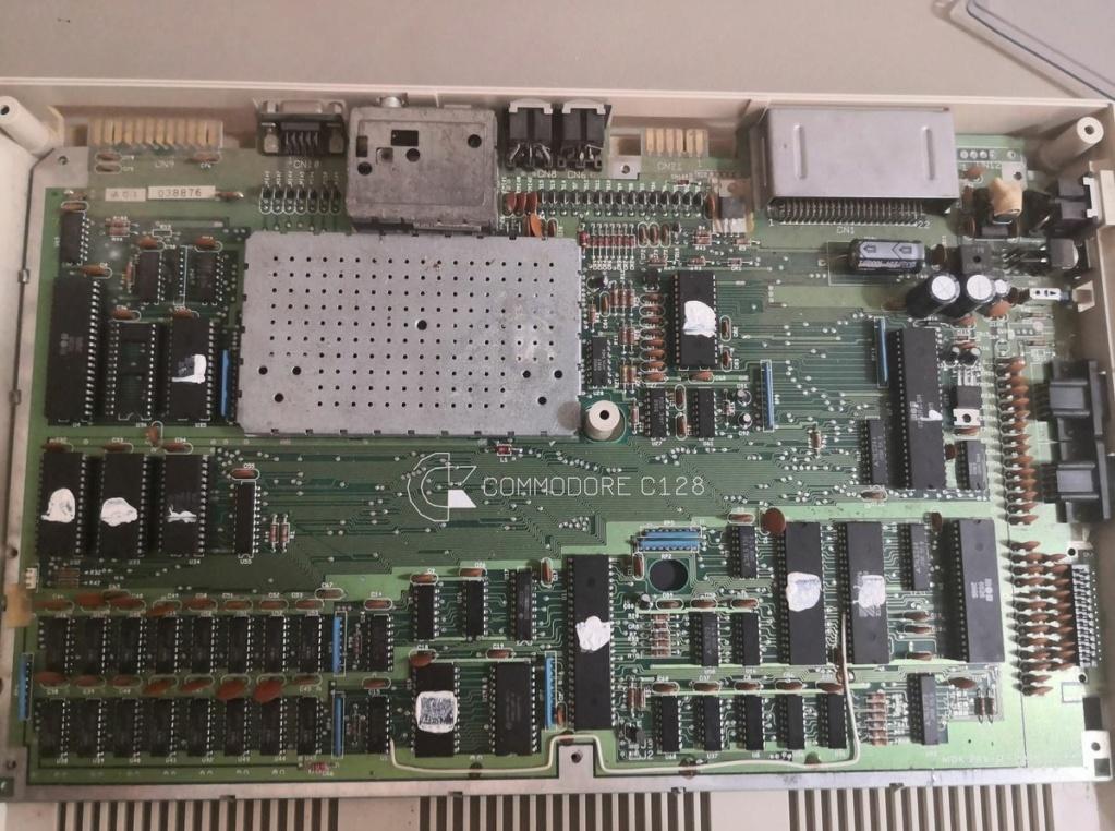 Un Commodore 128 et 64 à retaper...Un peu paumé. Img_2022