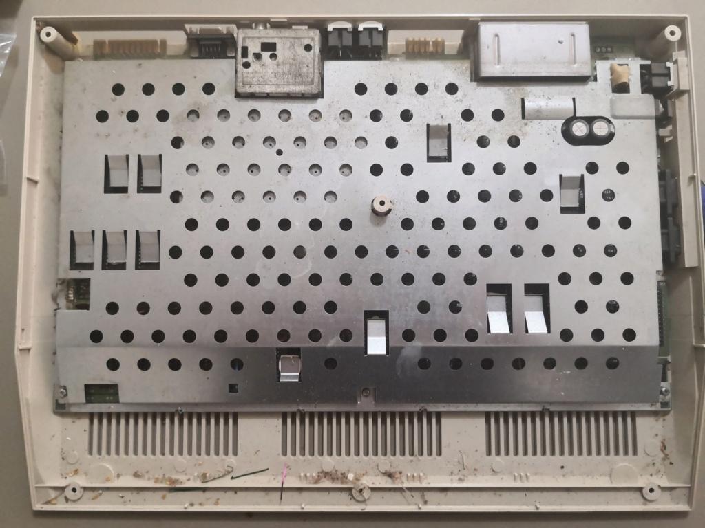 Un Commodore 128 et 64 à retaper...Un peu paumé. Img_2023