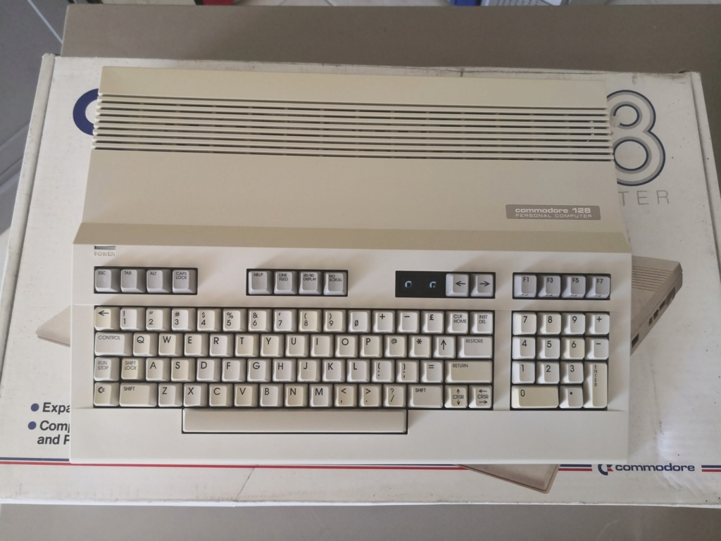 Un Commodore 128 et 64 à retaper...Un peu paumé. Img_2029