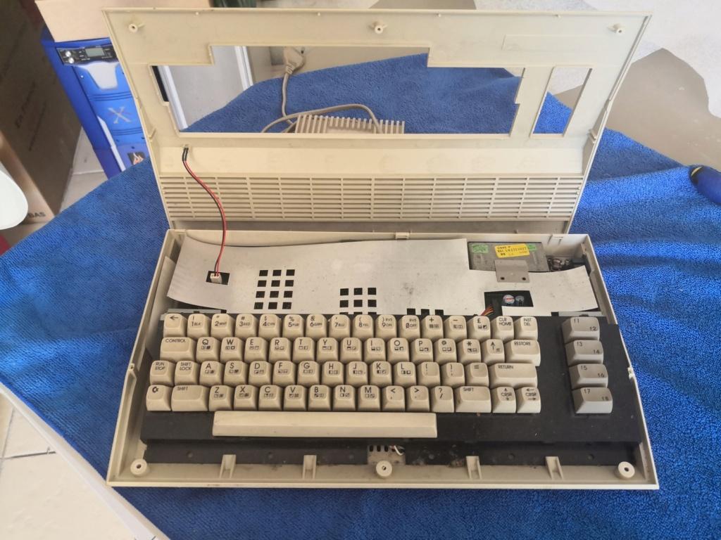 Un Commodore 128 et 64 à retaper...Un peu paumé. Img_2033