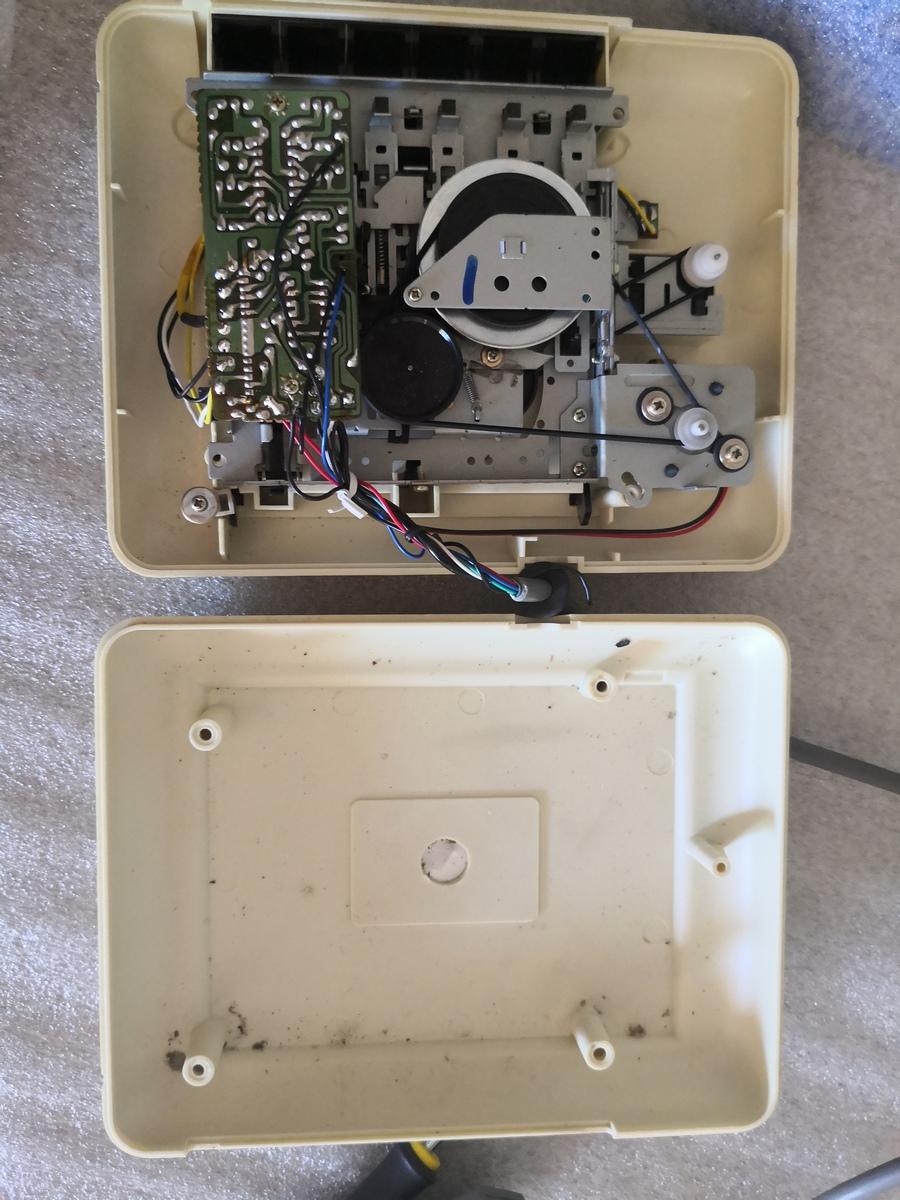 Un Commodore 128 et 64 à retaper...Un peu paumé. Img_2034