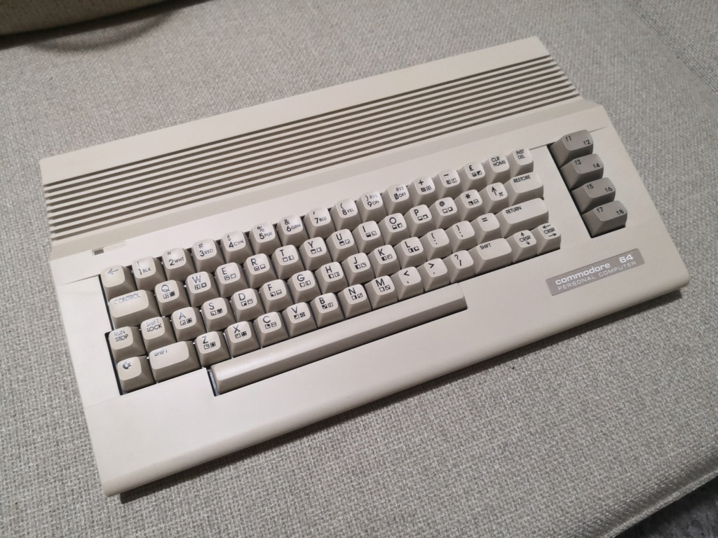 Un Commodore 128 et 64 à retaper...Un peu paumé. Img_2042