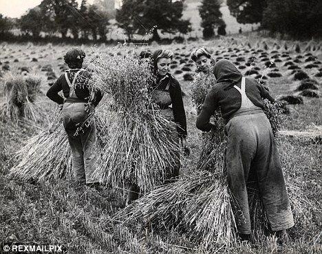 Certaines Photos date de 1939  Les femmes remplace les hommes parti a la guerre  57635710