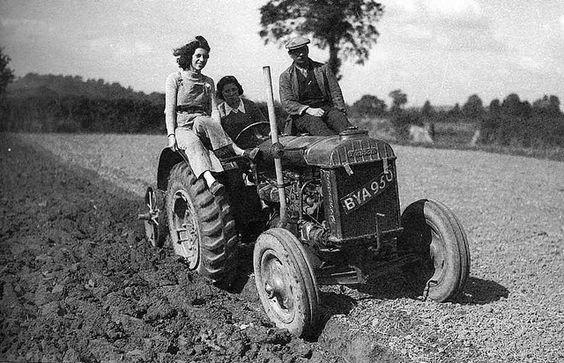 Certaines Photos date de 1939  Les femmes remplace les hommes parti a la guerre  699c8f10