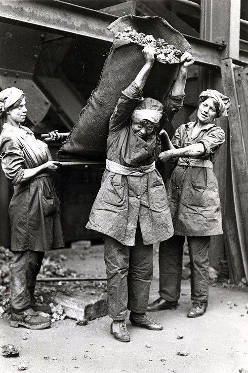 Travail des femmes dans les mines de charbon. B3c48910