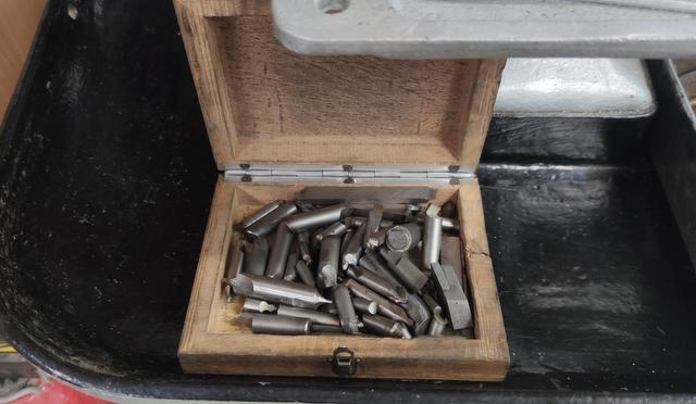 Vend tour à métaux avec de nombreux outils Img_2143