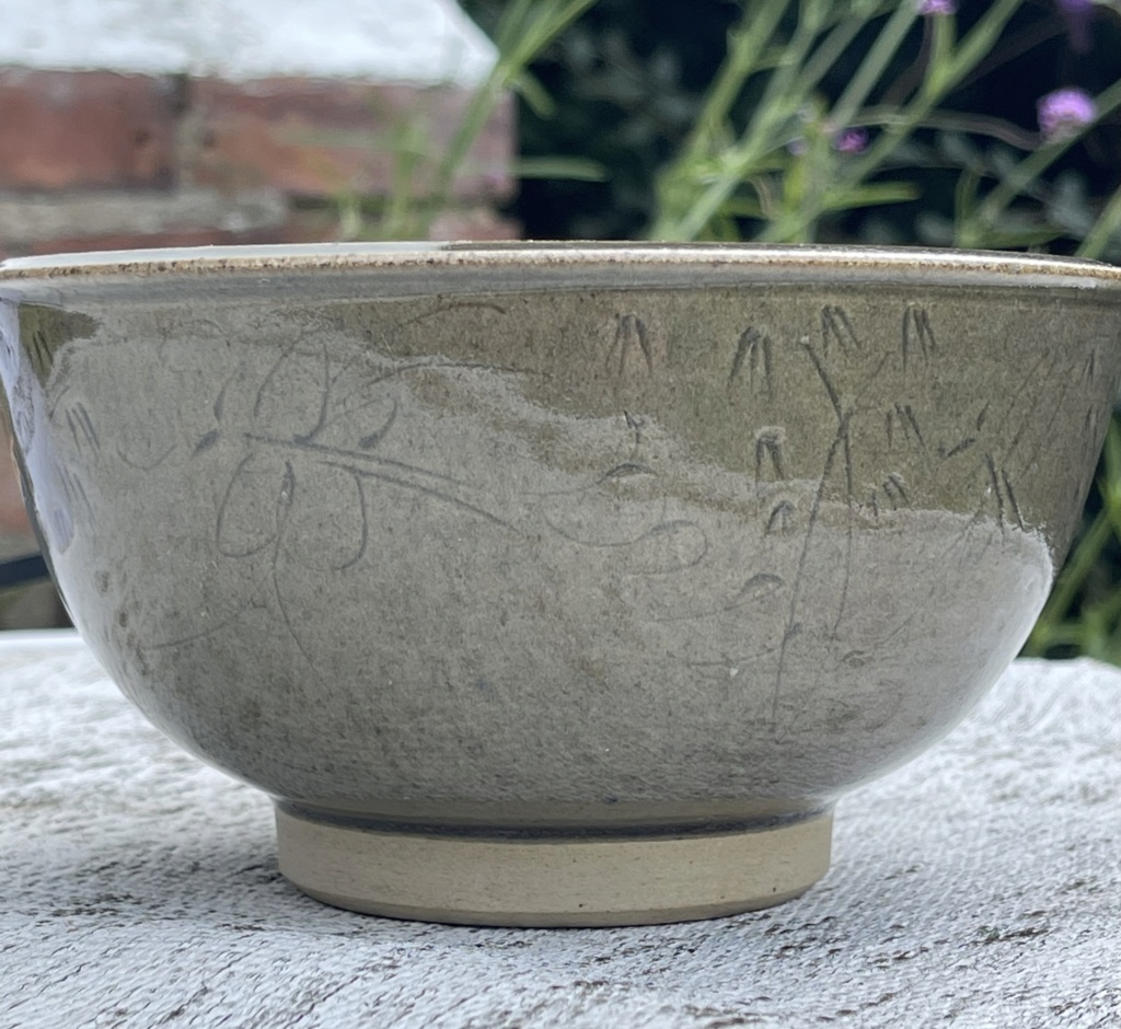 Can anyone help with this bowl with butterfly's around the edge ?  83d24910