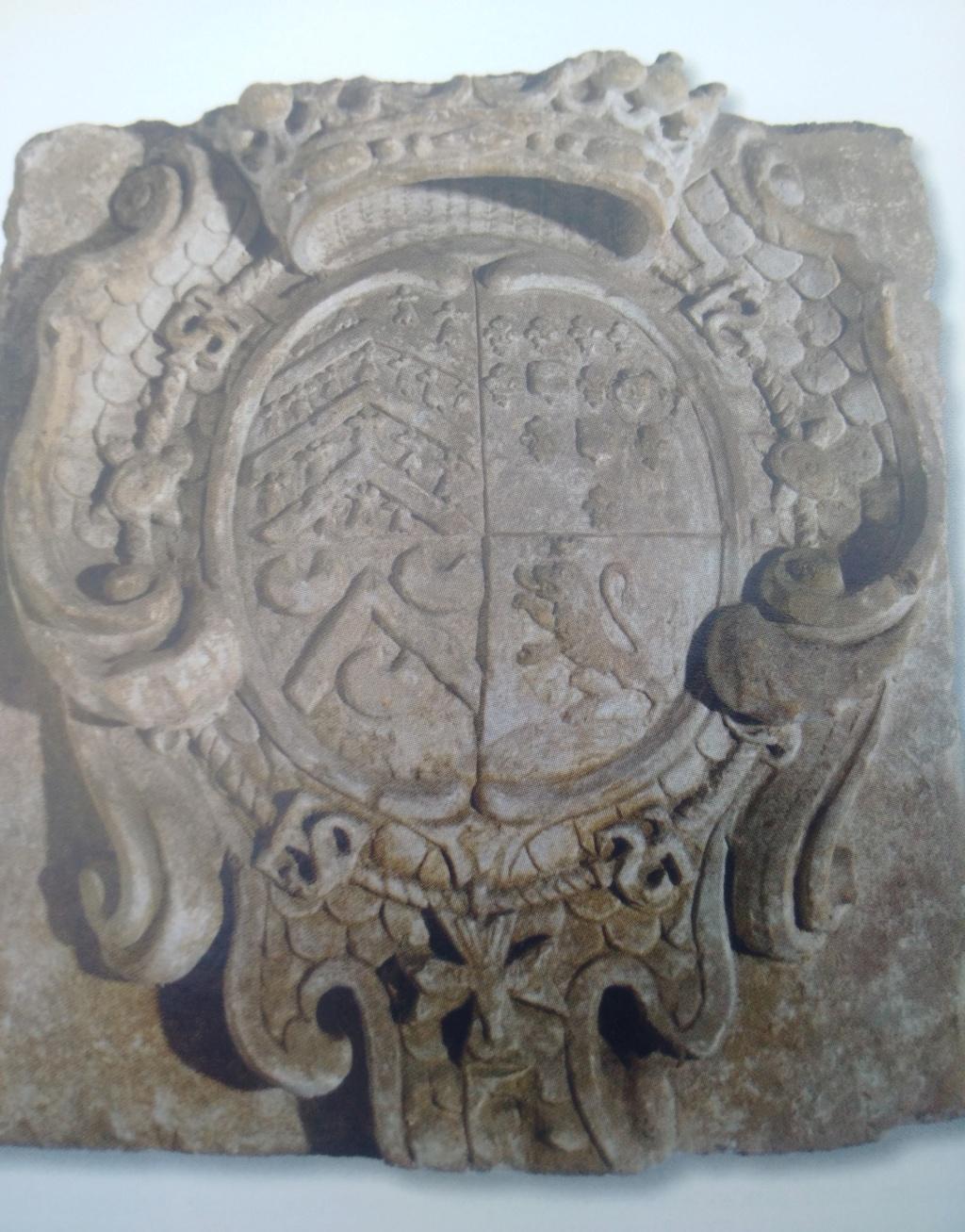 pierre sculptée avec armoiries familles Villeneuve Charbonneau DesNOS de la Gueriniere Img_2029