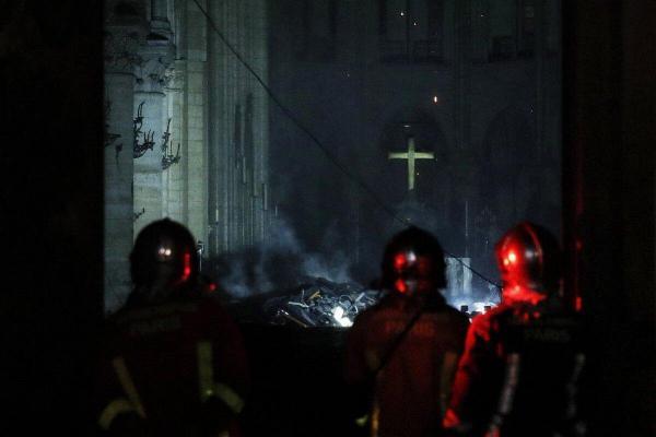 Notre Dame est sauvée !  Croix11