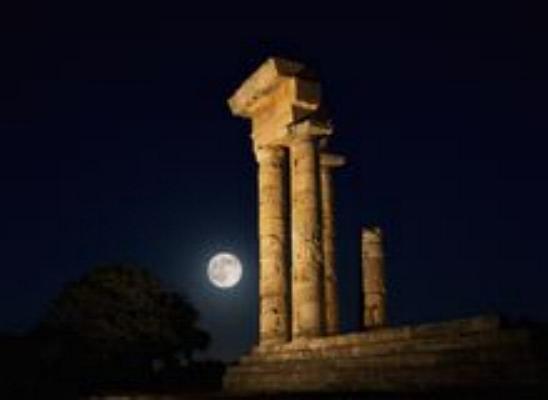 Promenade nocturne - identifiez le monument, la ville et le pays - Page 23 Rhodes11