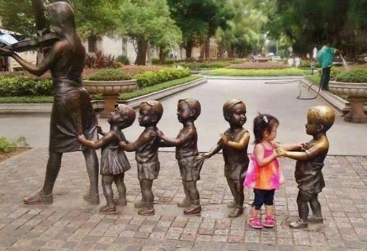 Amusement avec des statues S_0611