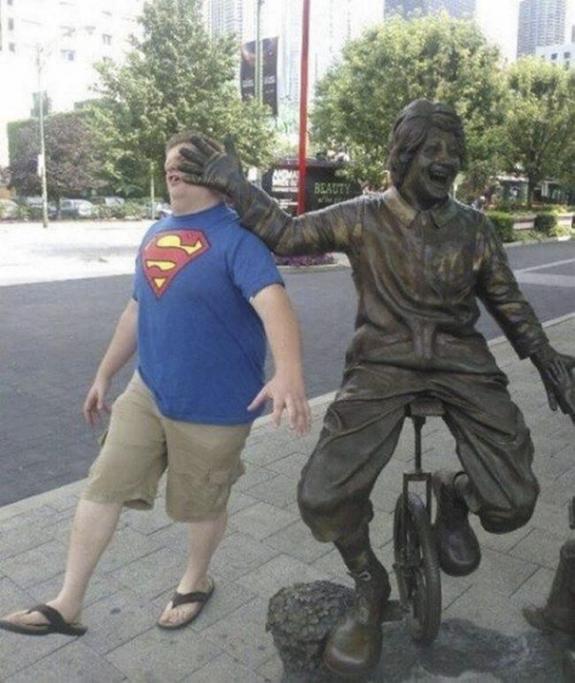 Amusement avec des statues S_0911