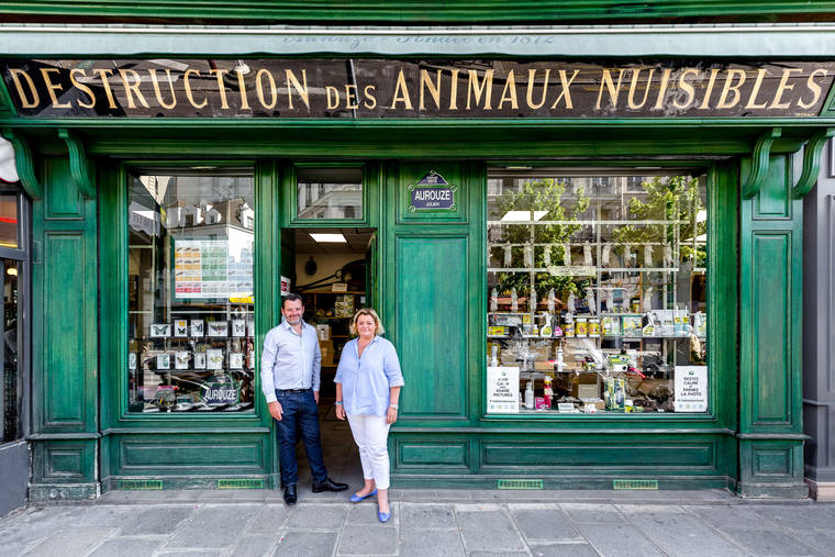 Le charme discret des vieilles boutiques de Paris..* X_21_a10