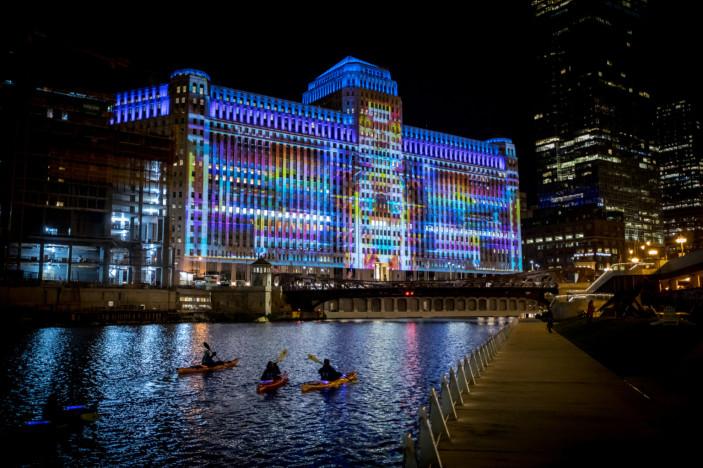 Plus de 10 000 M2 d'images et de vidéos projetées illuminent le front de mer de Chicago 11910