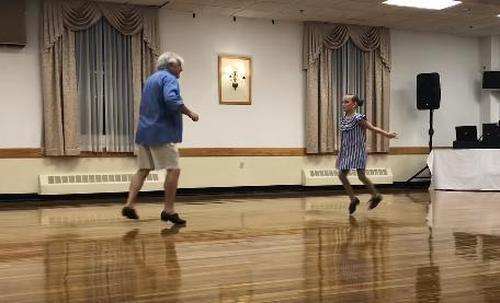 Une fille demande à son grand-père de faire de la Tap Dance pour un récital Be151210