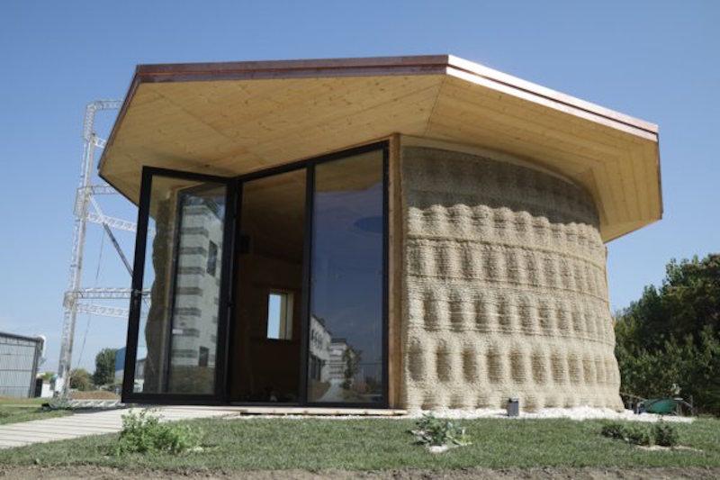 Une entreprise construit la première maison en terre et paille imprimée en 3D Maison10