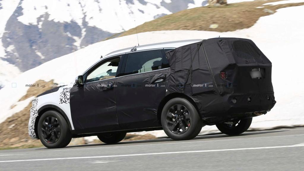 Novo Kia Sorento 2020 reboca BMW X5 durante testes 2021-k13