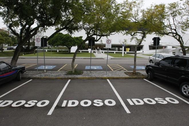 O que acontece com quem estaciona irregularmente em vagas de idosos? 965f9610