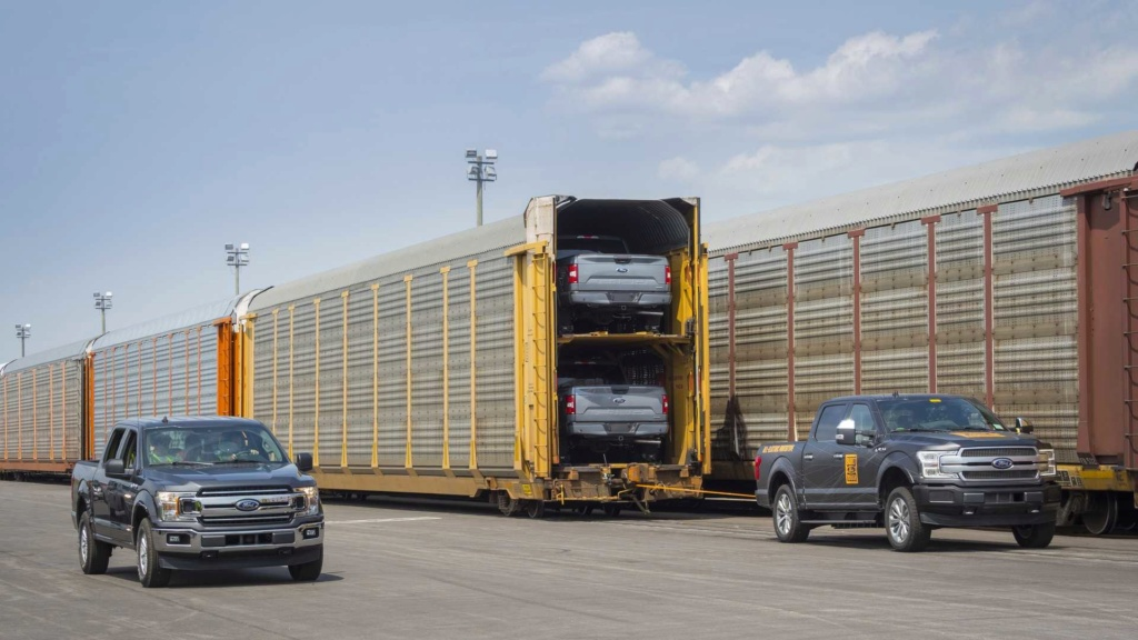 Ford F-150 elétrica demonstra força rebocando 450 toneladas Ford-f24