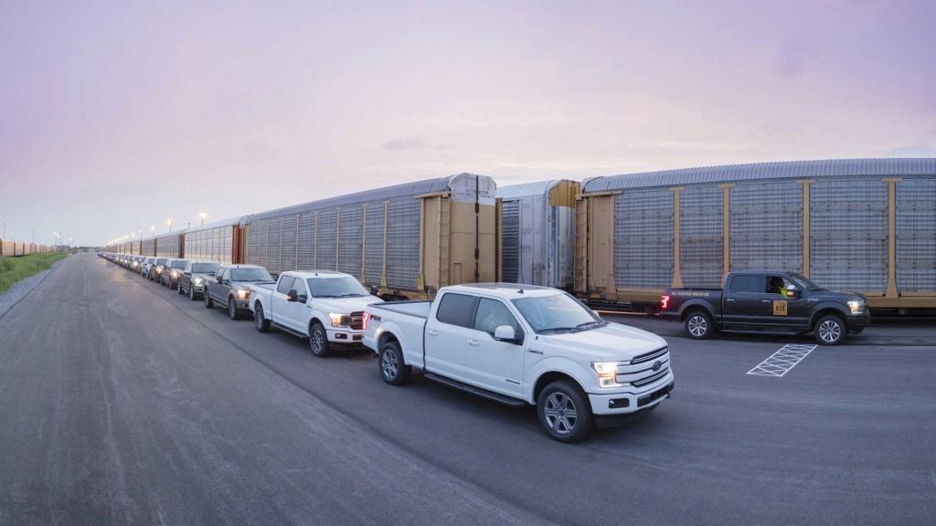 Ford F-150 elétrica demonstra força rebocando 450 toneladas Ford-f25