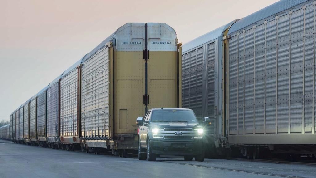 Ford F-150 elétrica demonstra força rebocando 450 toneladas Ford-f26