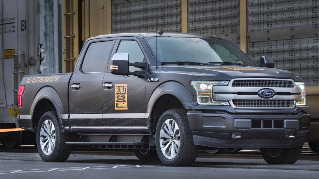 Ford F-150 elétrica demonstra força rebocando 450 toneladas Ford-f27