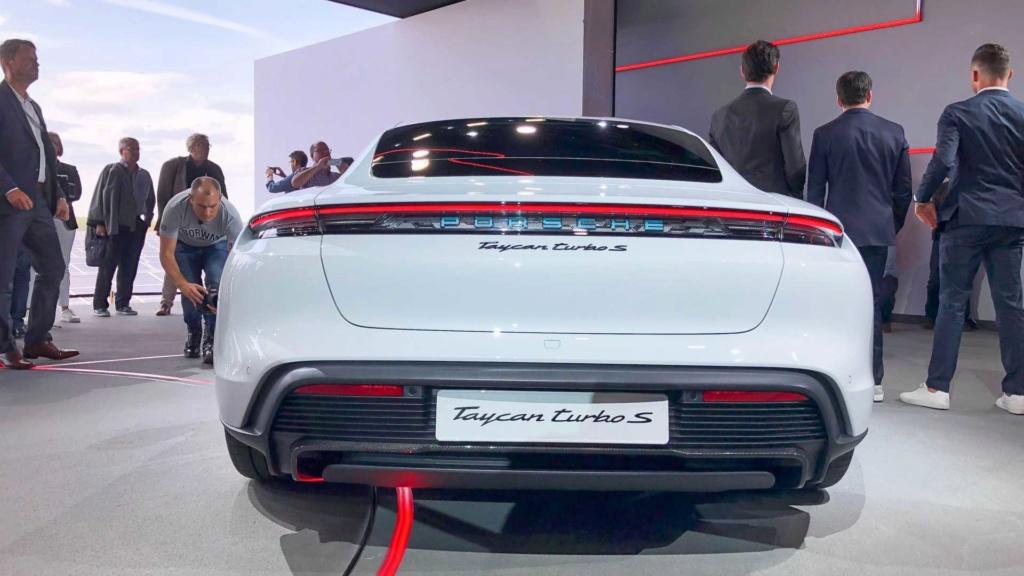 Porsche Taycan 2020 estreia como super sedã elétrico de até 761 cv Porsch35