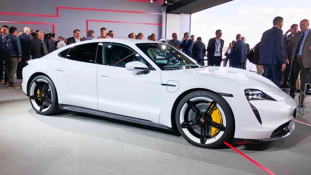 Porsche Taycan 2020 estreia como super sedã elétrico de até 761 cv Porsch36