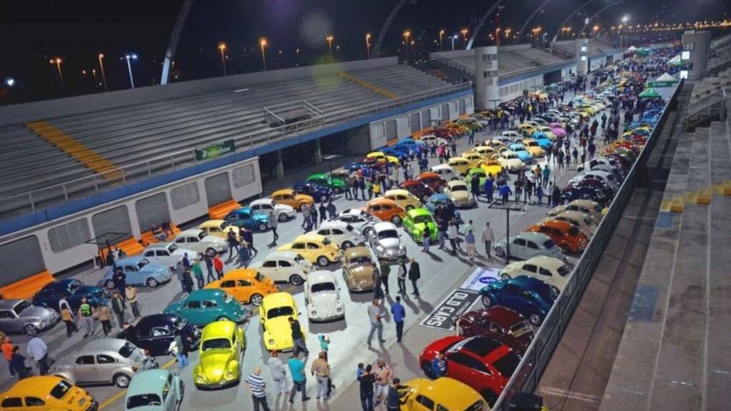 Noite do Fusca celebra história do besouro no Sambódromo de São Paulo Vw-fus11