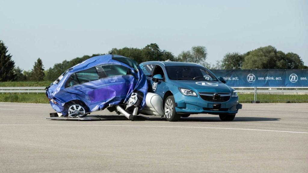 ZF mostra primeiro airbag lateral externo Zf-zei10