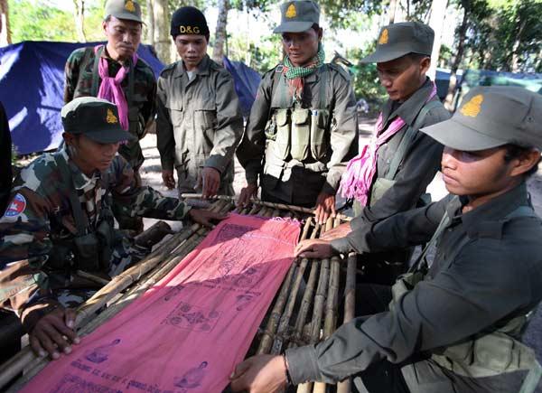 ทหารเขมรคึกคักมีผ้ายันต์-ตะกรุดกันกระสุน 55100012
