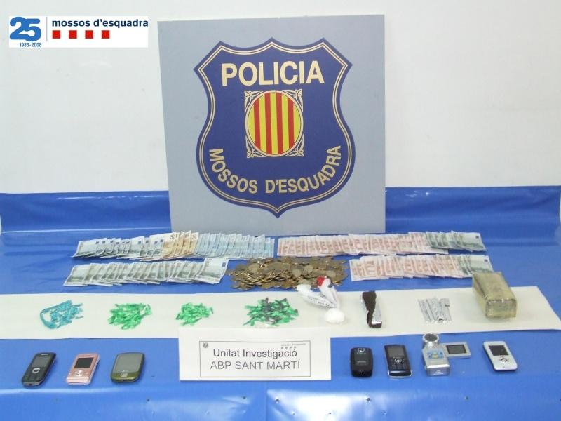 Desarticulat un grup molt actiu de traficants en un edifici del barri de Besòs (Barcelona) Np948b10