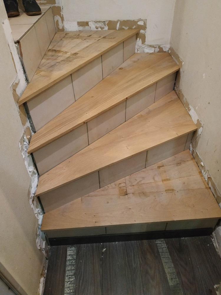 marche bois ou parquet stratifié  sur escalier carrelage - Page 2 Escali11