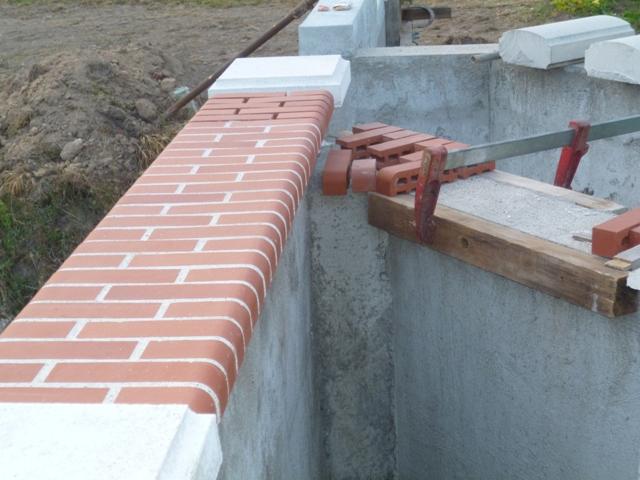 dessus de mur en brique rouge  P1030418