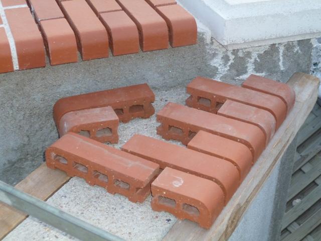 dessus de mur en brique rouge  P1030420