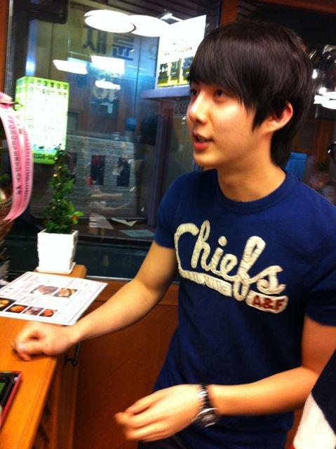 """[photo] Hyung Jun visited Hwang Bo Hye Jung's new restaurant, """"Shimsontang"""" today 16686510"""