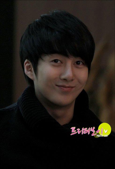 [photos] Hyung Jun at Gimpo Airport 18-02-2011 18291110