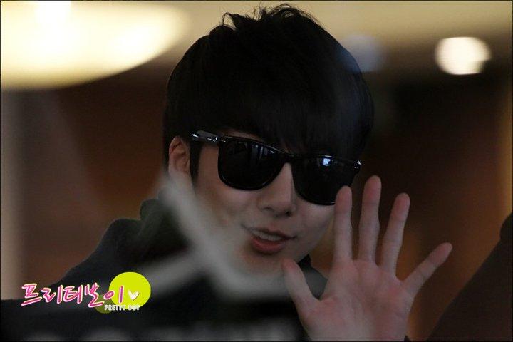 [photos] Hyung Jun at Gimpo Airport 18-02-2011 18370510