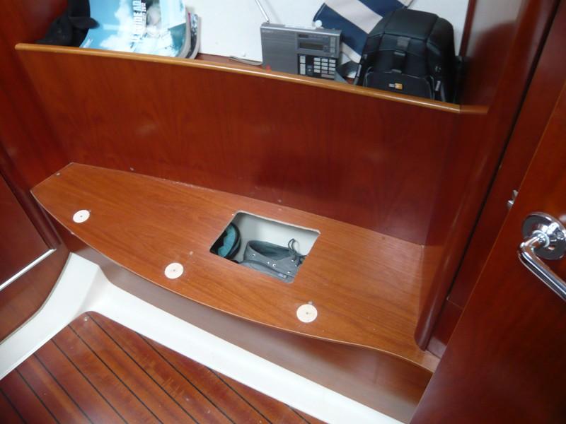 Un coffre supplémentaire dans la cabine avant P1080010