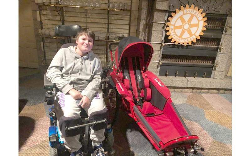 Ils vendent 5 tonnes de pommes pour offrir un fauteuil de course à Hugo  Sans1402
