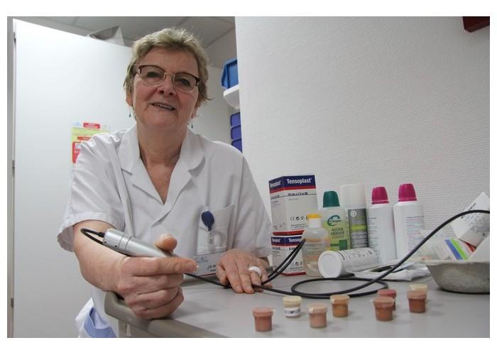Cette infirmière redessine les seins détruits par le cancer Sans1671