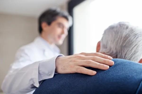 ASCO 2019 : comment mieux prédire la réaction des seniors à un traitement contre le cancer Sans2152