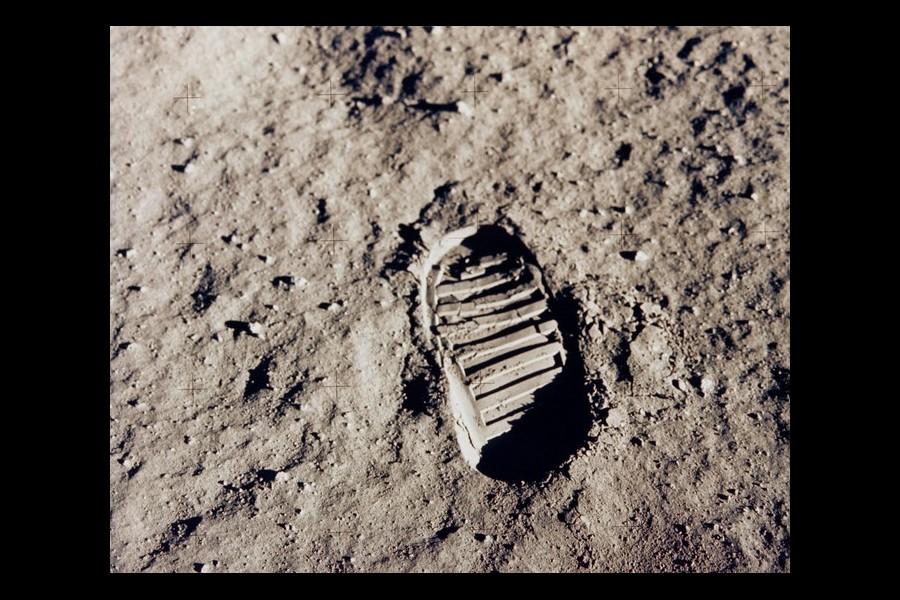 Quel pied Armstrong a-t-il posé en premier sur la Lune ? Sans2435