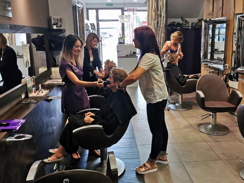 Vendée. Dans leur salon de coiffure, elles recyclent les cheveux pour dépolluer les océans  Sans2536