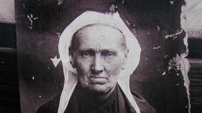 """En 1909, meurt une """"KANNEREZ KOZ """" une vieille CHANTEUSE bretonne Sans2537"""